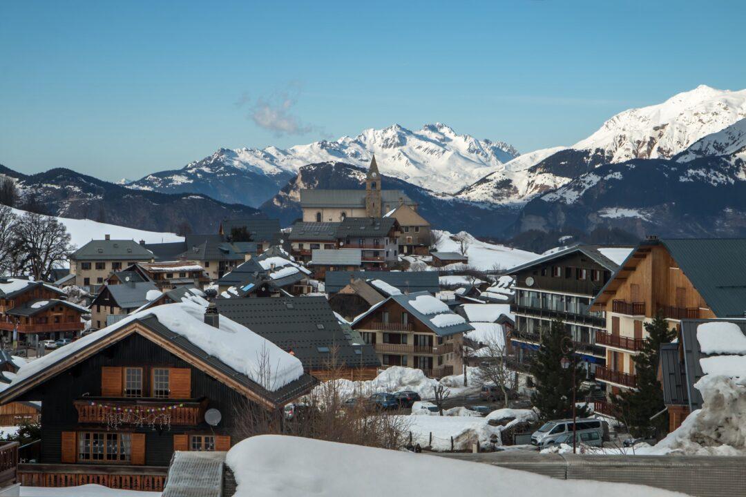 Village d' Albiez Montrond en hiver , en Savoie , dans les Alpes